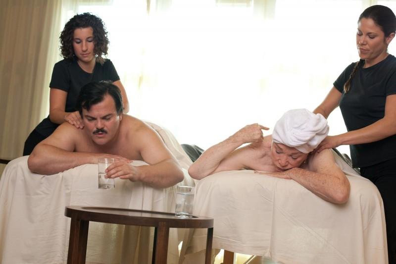 Jack Black e Shirley MacLaine si concedono un massaggio nella commedia Bernie
