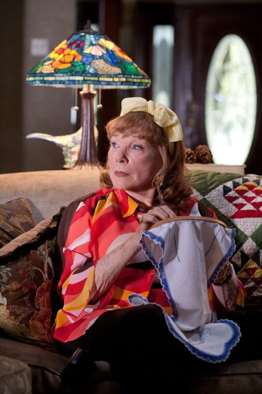 Shirley MacLaine impegnata a ricamare nella black comedy Bernie