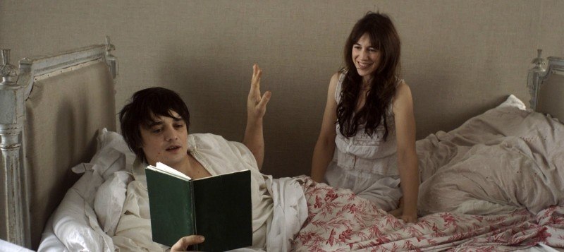 Confession of a Child of the Century: Pete Doherty e Charlotte Gainsbourg in una scena tratta dal film
