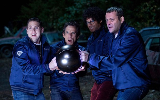 Richard Ayoade, Ben Stiller, Vince Vaughn e Jonah Hill con in mano una palla di ferro gigante in Neighborhood Watch