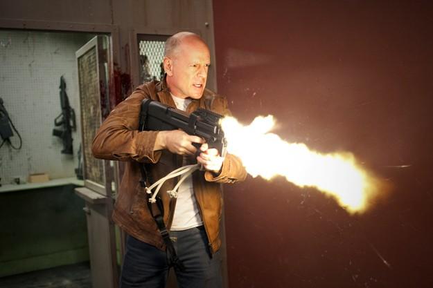 A Bruce Willis non basta un semplice fucile. In Looper spara letteralmente fiamme.