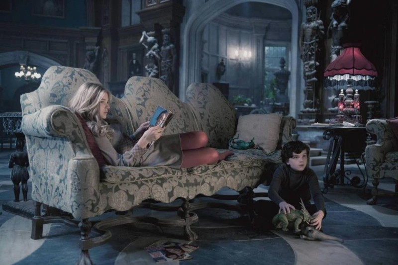 Dark Shadows: Chloe Moretz e Gulliver McGrath in una scena del film