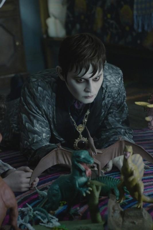 Dark Shadows: Johnny Depp guarda con sospetto alcuni dinosauri di plastica in una buffa scena del film