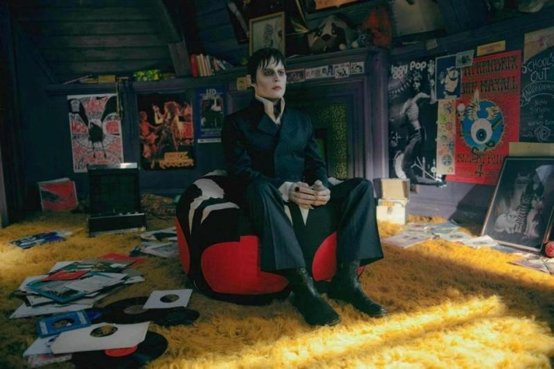 Dark Shadows: Johnny Depp impietrito tra i dischi in una scena del film