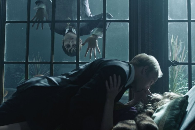 Dark Shadows: Johnny Depp in una bizzarra scena del film insieme a Jonny Lee Miller