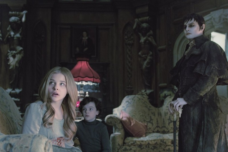 Dark Shadows: Johnny Depp in una scena del film insieme a Chloe Moretz e Gully McGrath
