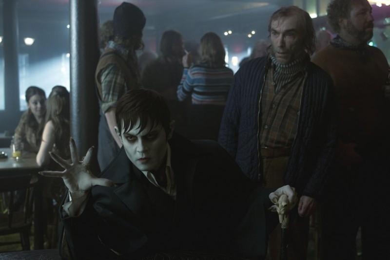 Dark Shadows: Johnny Depp in una scena del film insieme a Jackie Earle Haley