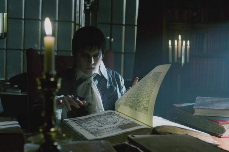 Dark Shadows: Johnny Depp sfoglia un libro antico in una scena del film
