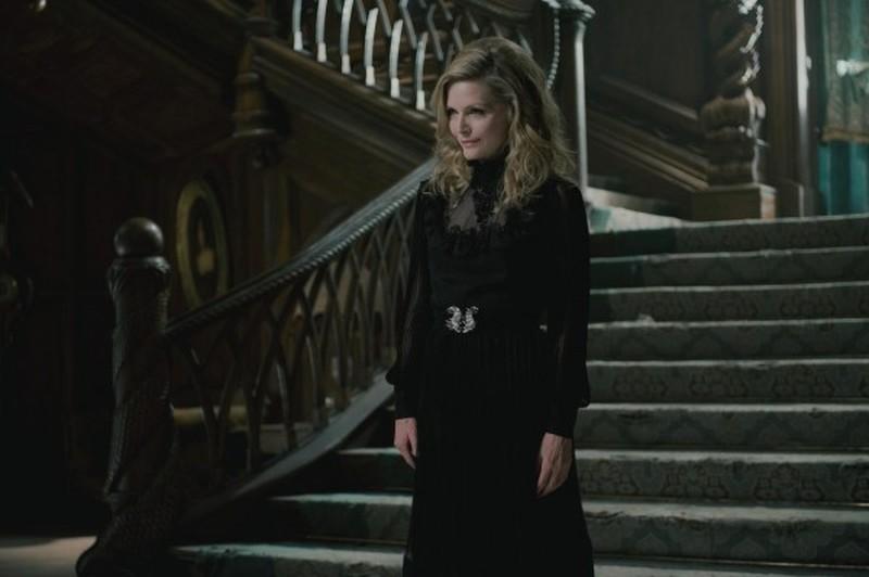 Dark Shadows: la bellissima Michelle Pfeiffer in versione dark in una scena del film