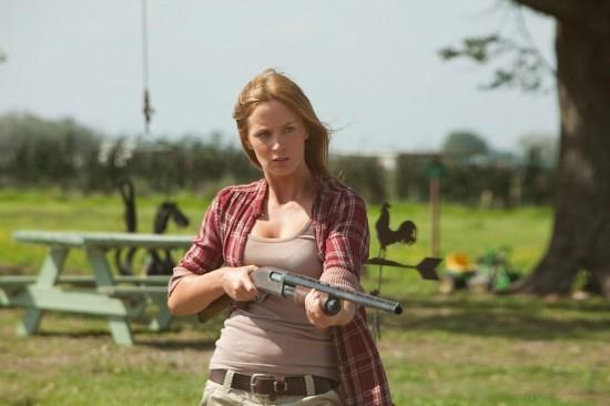 Emily Blunt imbraccia il fucile in una pericolosa scena di Looper