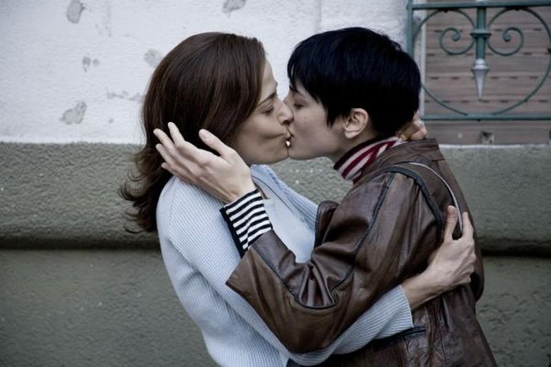Il richiamo: Francesca Inaudi bacia teneramente Sandra Ceccarelli in una scena del film