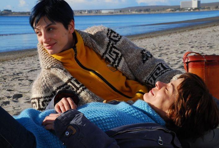 Il richiamo: Francesca Inaudi insieme a Sandra Ceccarelli in una scena sulla spiaggia