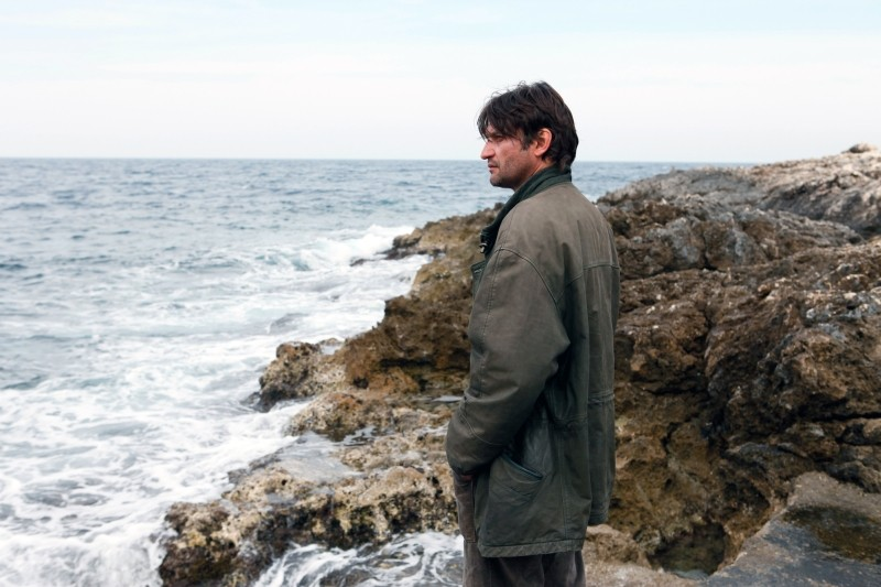 Isole: Ivan Franek guarda alla scogliera in una scena del film