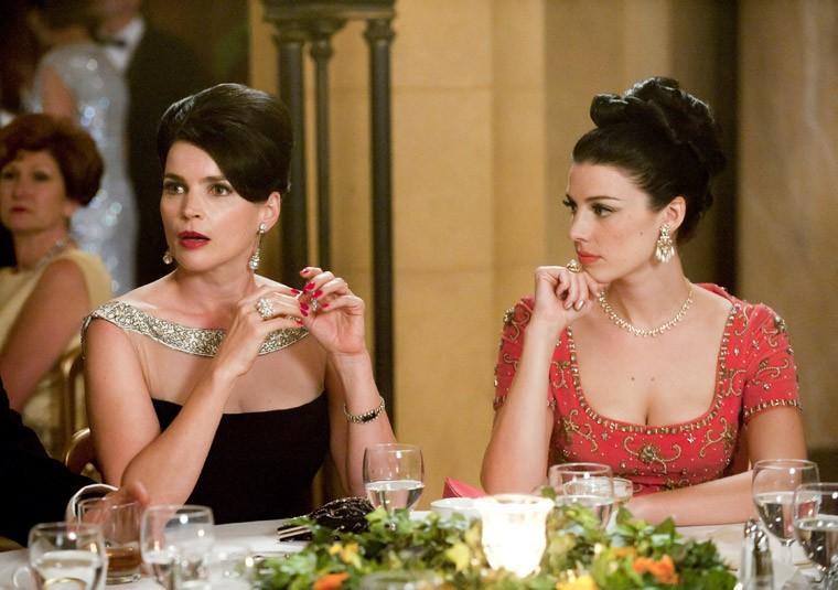 Jessica Paré e Julia Ormond nell'episodio At the Codfish Ball della quinta stagione di Mad Men