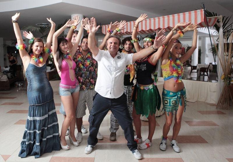 Operazione vacanze: Jerry Calà in una foto promozionale di gruppo