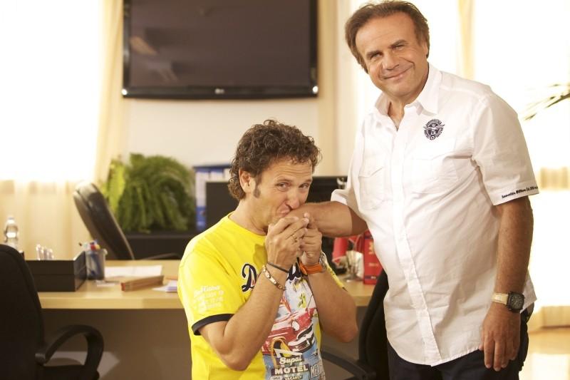 Operazione vacanze: Jerry Calà insieme ad Enzo Salvi in una foto promozionale