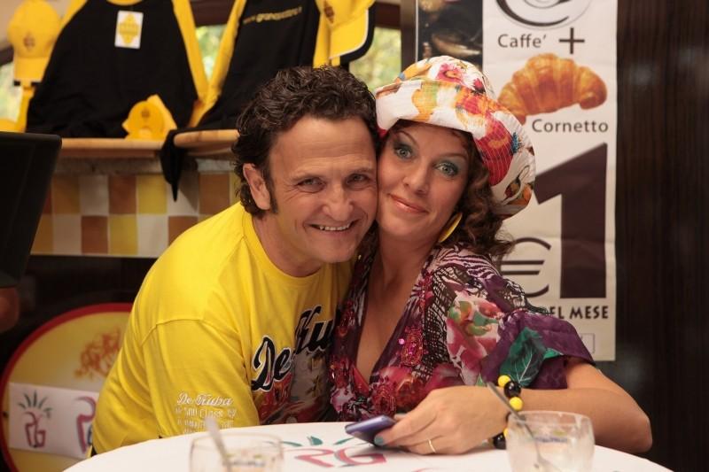 Operazione vacanze: Manuela Morabilto insieme ad Enzo Salvi in una foto promozionale