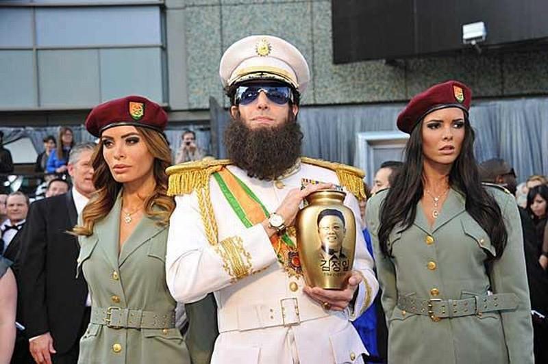 Il dittatore: Sacha Baron Cohen in una scena del film affiancato dalle sue inseparabili soldatesse