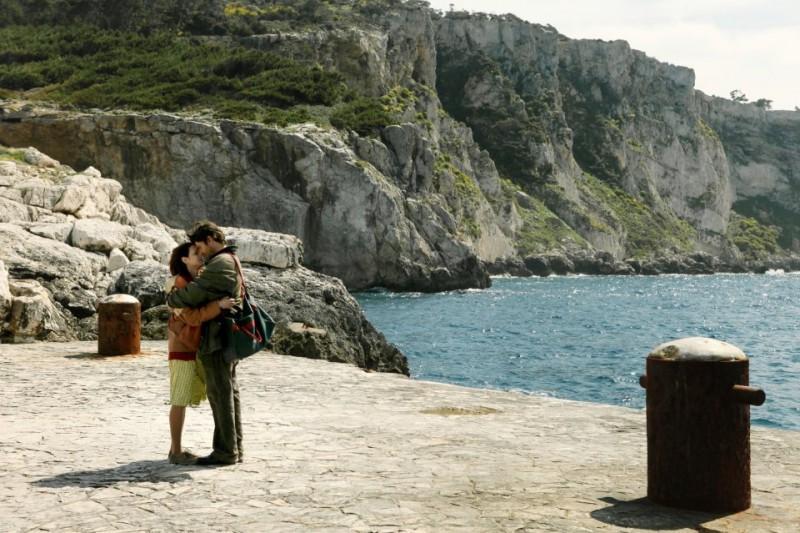 Isole: Ivan Franek e Asia Argento in una tenera scena del film