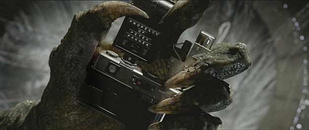 Rhys Ifans nei panni di The Lizard stringe in mano la macchina fotografica di Peter Parker in una scena di The Amazing Spider-Man