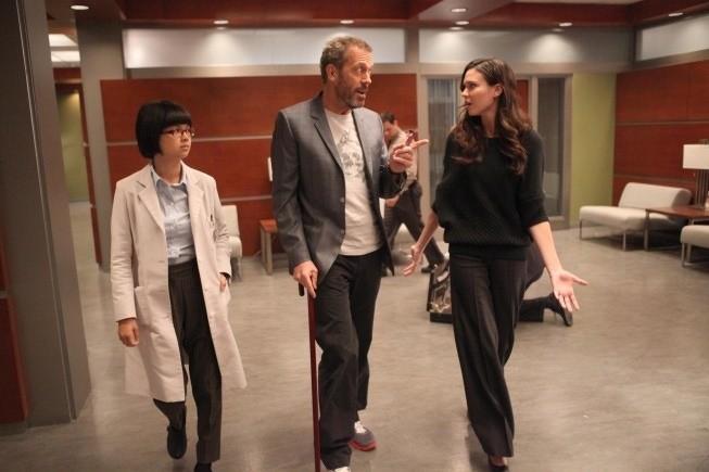 Dr House: Charlyne Yi, Hugh Laurie e Odette Annable nell'episodio Affare rischioso