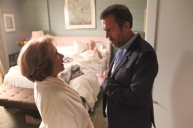 Dr House: Hugh Laurie e Diane Baker nell'episodio Love is Blind