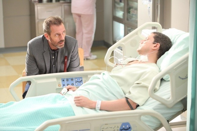 Dr House: Hugh Laurie e Wentworth Miller nell'episodio Charity Case