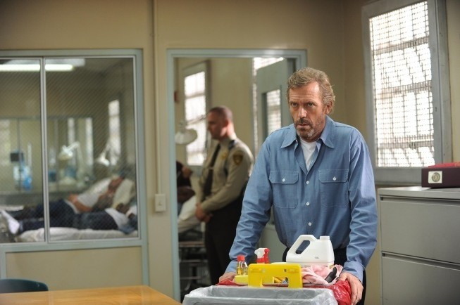 Dr House: Hugh Laurie in una scena dell'episodio Twenty Vicodin
