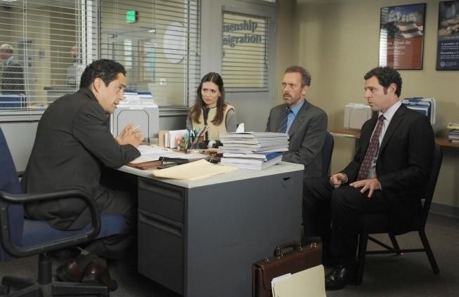 Dr House: Hugh Laurie, Karolina Wydra e Jose Zuniga nell'episodio Man of the House