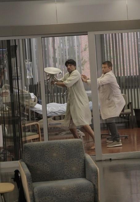 Dr House: Jesse Spencer e Vincent Spano nell'episodio Perils of Paranoia