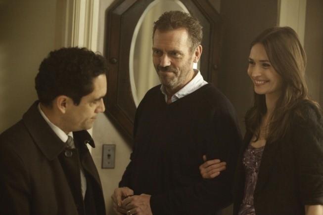 Dr House: Jose Zuniga, Hugh Laurie e Karolina Wydra nell'episodio Man of the House