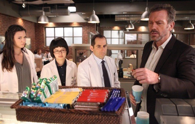 Dr House: Odette Annable, Charlyne Yi, Peter Jacobson e Hugh Laurie nell'episodio Blowing the Whistle
