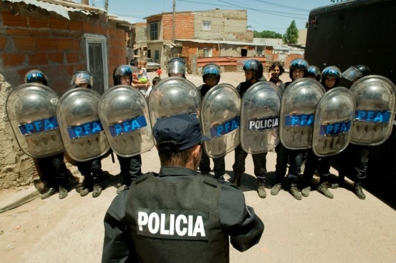 Elefante blanco: la polizia schierata pronta a fare irruzione nelle favelas in scena tratta dal film