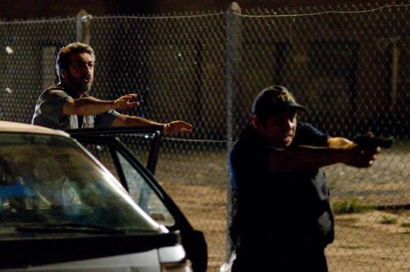 Elefante blanco: Ricardo Darín in una scena del film cerca di calmare la polizia durante un'irruzione