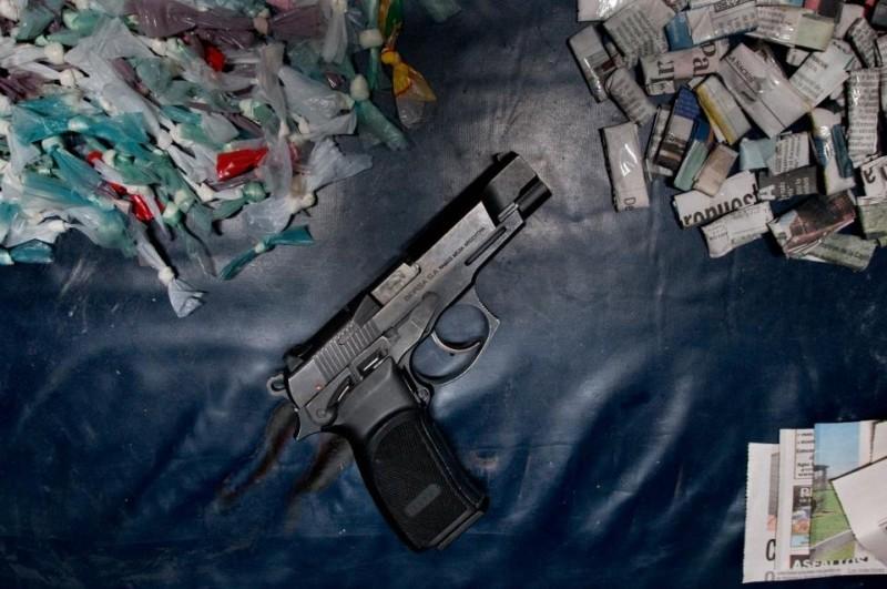 Elefante blanco: una partita di droga e una pistola in una scena del film
