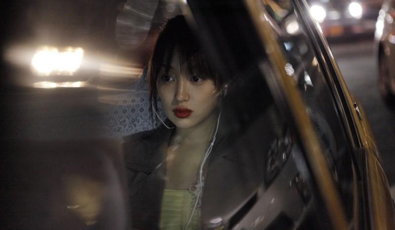 Like someone in love: Rin Takanashi in auto in un'immagine tratta dal primo film giapponese di Abbas Kiarostami