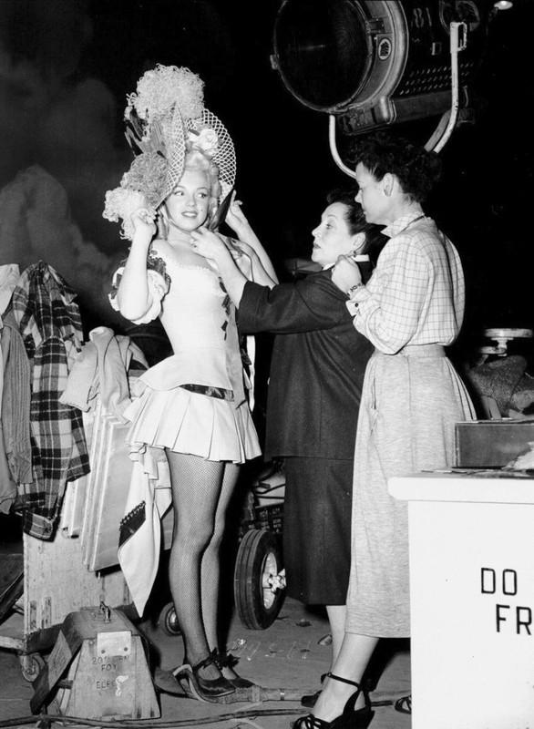 Marilyn Monroe sul set della commedia La figlia dello sceriffo