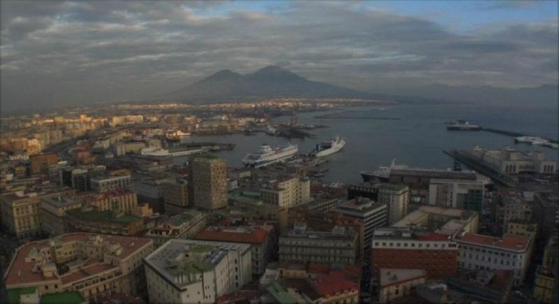 Napoli 24: il golfo di Napoli in tutta la sua bellezza in una scena del documentario diretto da 24 autori diversi