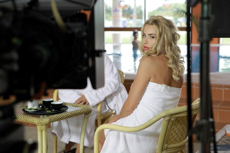 Operazione vacanze: Valeria Marini si prepara ad un ciak sul set del film