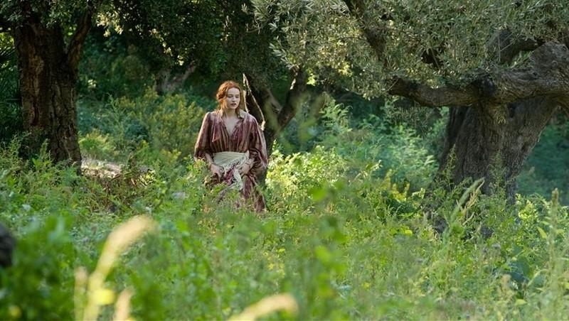 Renoir: Christa Theret in mezzo ai prati di casa Renoir