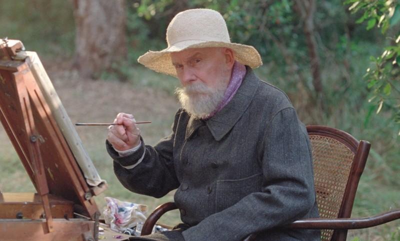 Renoir: Michel Bouquet in una scena del film nei panni del grande pittore impressionista
