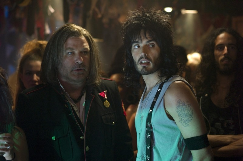 Rock of Ages: Russell Brand insieme a Alec Baldwin in una scena del film