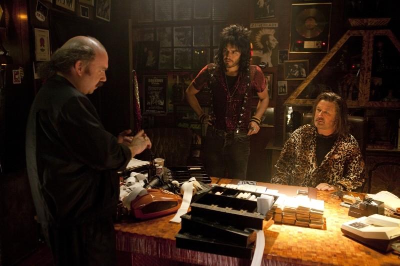 Rock of Ages: Russell Brand, Paul Giamatti e Alec Baldwin in una scena del film