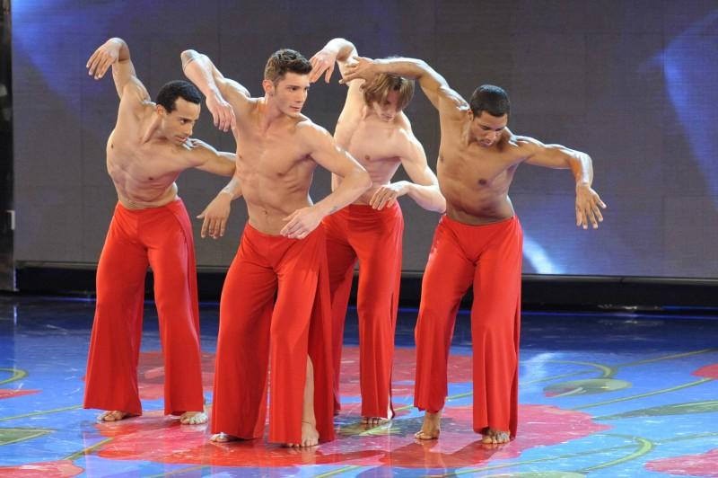 Stefano De Martino con altri ballerini ad Amici di Maria De Filippi 11