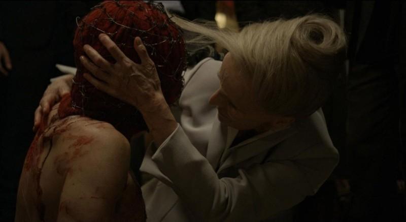 Holy Motors: Edith Scob in un'inquietante scena del film