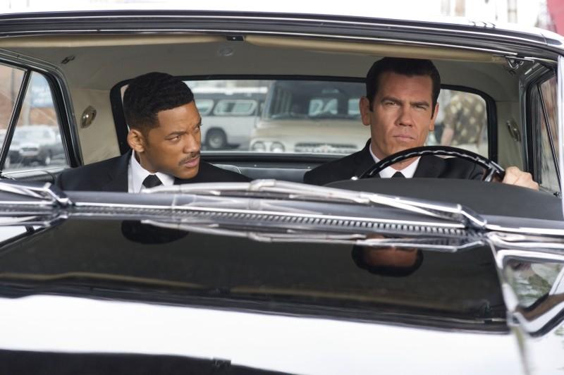 Josh Brolin in auto con Will Smith in una scena di Men in Black 3