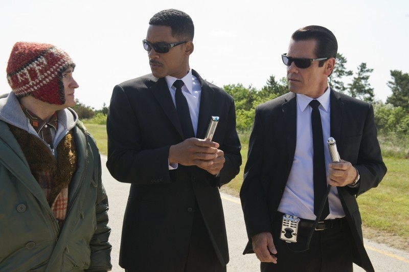 Men in Black 3: Josh Brolin insieme a Will Smith e Michael Stuhlbarg in una scena