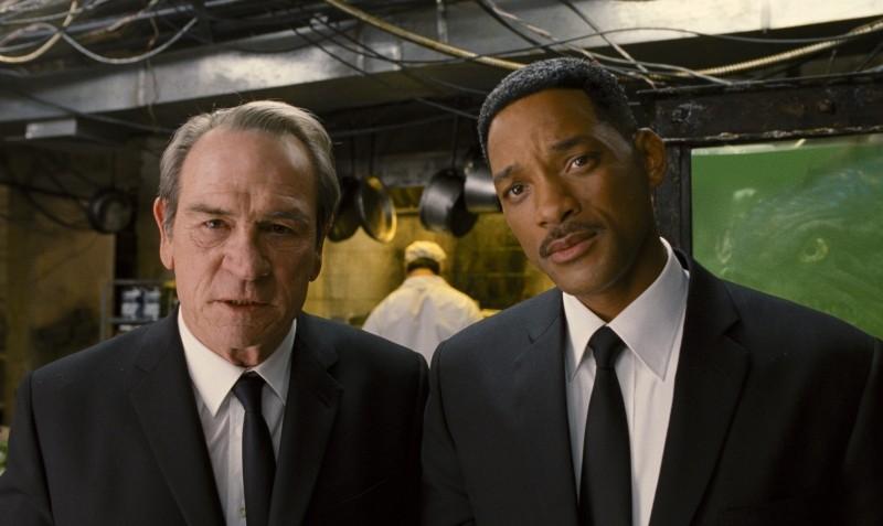 Men in Black 3: Tommy Lee Jones insieme a Will Smith in una scena del film