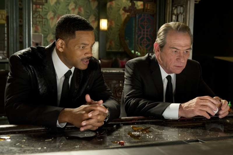 Men in Black 3: Tommy Lee Jones parla con Will Smith in una scena del film