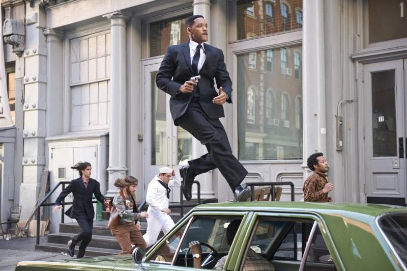Men in Black 3: Will Smith all'inseguimento del nemico in una scena del film